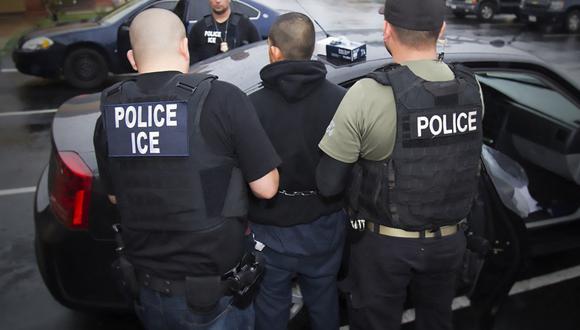 Según las autoridades, un 60% de los migrantes que llegaron a Estados Unidos -103.900 personas- fueron expulsados. De ellos, 28% eran migrantes que ya habían sido deportados del país. (Foto: CHARLES REED / ICE / AFP)
