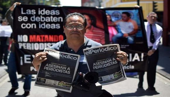 Esta fotografía hace referencia a una de las tantas protestas de parte de periodistas guatemaltecos ante el alto número de reporteros asesinados en el país. (Foto: EFE)