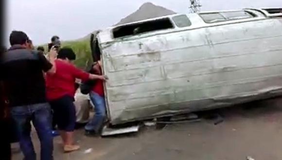 Volcadura de miniván deja un muerto y nueve heridos en la vía Pátapo - Chiclayo (VIDEO)