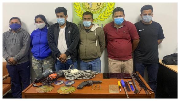 Se movilizaban en actitud sospechosa en un vehículo. Además, se les encontró un arma de fuego, municiones, desarmadores y moledoras. (Foto: PNP)