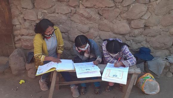 Profesores visitan hogares para enseñar por falta de Internet| Foto: Correo