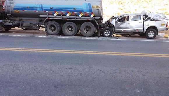 Empresario que venía de paseo muere en choque de una camioneta y camión