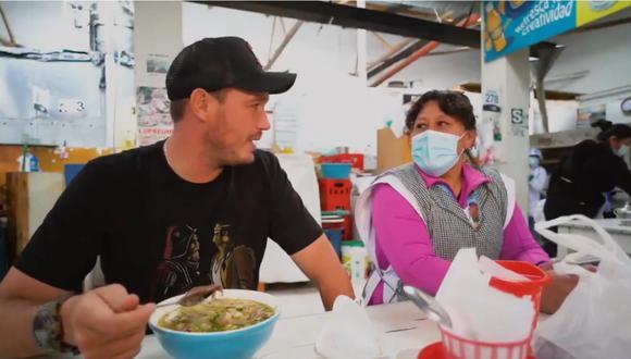 George Forsyth conversando sin mascarilla con una vendedora en mercado de Cajamarca.   Foto: Twitter.
