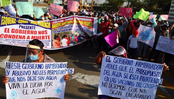 Cientos de personas bloquearon esta mañana la vía exclusiva del Metropolitano cerca a la estación Naranjal. (Foto: Hugo Curotto / @photo.gec)