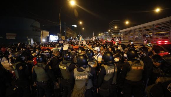 Los manifestantes rechazan a Manuel Merino como presidente; y este miércoles se mostraron también en contra del nuevo jefe del gabinte ministerial, Ántero Flores-Aráoz. Fotos:  César Bueno - Andrés Paredes / @photo.gec