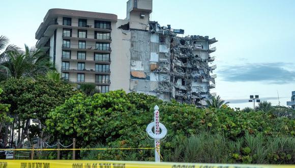 Vista del edificio de condominios de 12 pisos que se derrumbó parcialmente en Surfside, Florida, Estados Unidos, 24 de junio de 2021. Funcionarios de Miami-Dade Fire Rescue dijeron que más de 80 unidades respondieron al derrumbe en el edificio de condominios cerca de 88th Street y Collins Avenue al norte de Miami Beach alrededor de las 2 am (Incendio, Estados Unidos) EFE / EPA / CRISTOBAL HERRERA-ULASHKEVICH