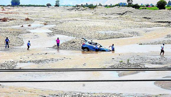 Vecinos arriesgan su vida al cruzar el río Matagente