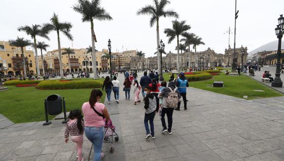 Tras el retiro de las rejas, muchas personas hicieron uso de los espacios de la Plaza de Armas de Lima. (Foto: GEC)