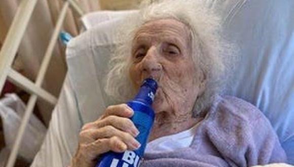 Una de las nietas de la paciente , Shelley Gunn, contó que su abuela celebró la recuperación de la terrible enfermedad con una cerveza fría