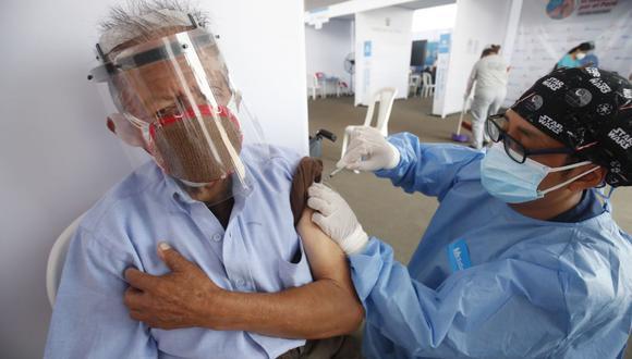 Especialista remarca que el personal de vacunación está en la obligación de mostrar al futuro inmunizado que la jeringa contiene la dosis de vacuna necesaria. (Foto: Andina)