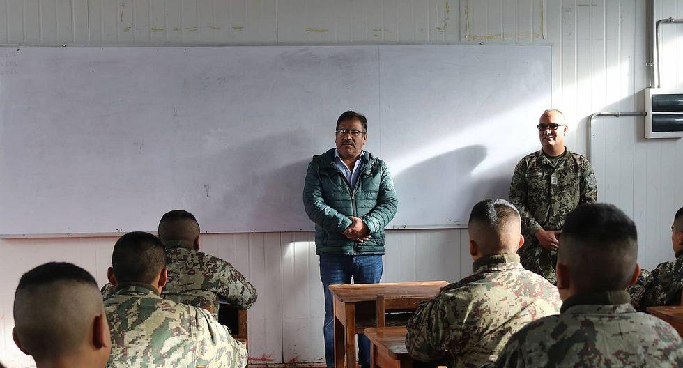 Congresista inspecciona colegio militar que funciona en aulas prefabricadas