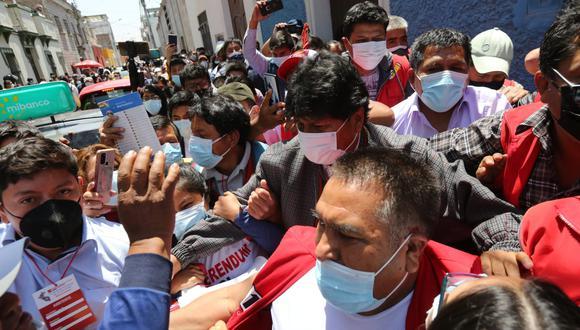 A la salida del exmandatario del local de Construcción Civil, un grupo de manifestantes armó un gresca contra los partidarios de Perú Libre. (Foto: Leonardo Cuito)
