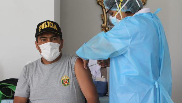 Policías reciben segunda dosis de vacuna en Arequipa| Foto: Leonardo Cuito