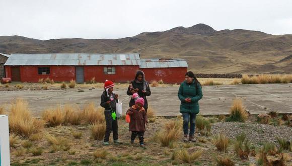 Profesores llevan material de Aprendo en Casa a estudiantes de La Unión