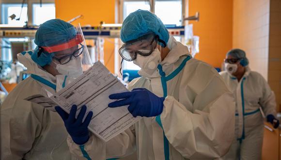 En los últimos dos meses, la Republica Checa pasó de ser uno de los países con menos casos de coronavirus a tener más de 300 mil infectados, 15 mil de los cuales son miembros del personal de salud. (Foto: EFE)