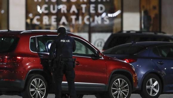 Los oficiales de policía investigan el área en el Mayfair Mall en Wauwatosa, Wisconsin, el 20 de noviembre de 2020. Varias personas resultaron heridas en un tiroteo en el centro comercial de Estados Unidos. (KAMIL KRZACZYNSKI / AFP)