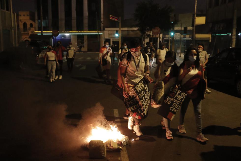 Decenas de personas realizaron una manifestación en la Plaza San Martín del Cercado de Lima y se trasladaron hasta Santa Beatriz. (Foto: Renzo Salazar / @photo.gec)
