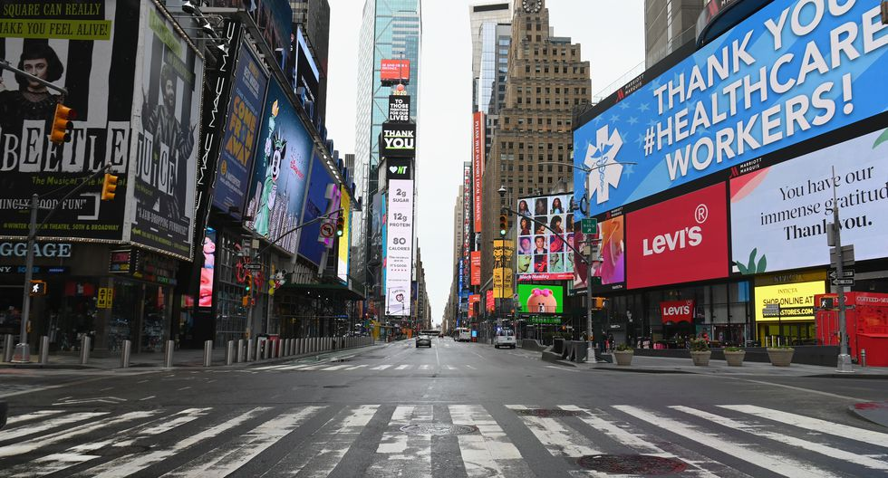 View of an almost empty Time Square on April 03, 2020 in New York. - In New York, the epicenter of the US outbreak, Mayor Bill de Blasio urged residents to cover their faces when outside and Vice President Mike Pence said there would be a recommendation on the use of masks by the general public in the next few days. (Photo by Angela Weiss / AFP)