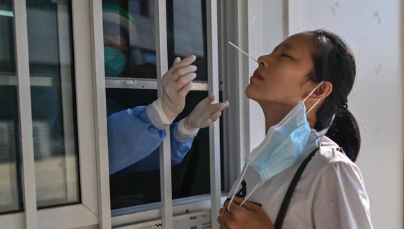 """Un destacado experto chino afirmó que una segunda ola de contagios de coronavirus  en China será """"inevitable"""". (Foto: Hector RETAMAL / AFP)"""