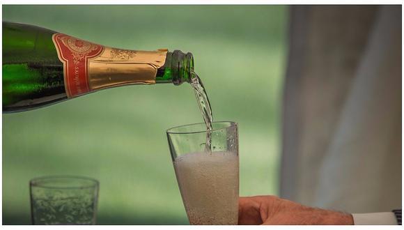 Instagram: joven graba a aeromoza devolviendo champán de una copa a la botella (VIDEO)