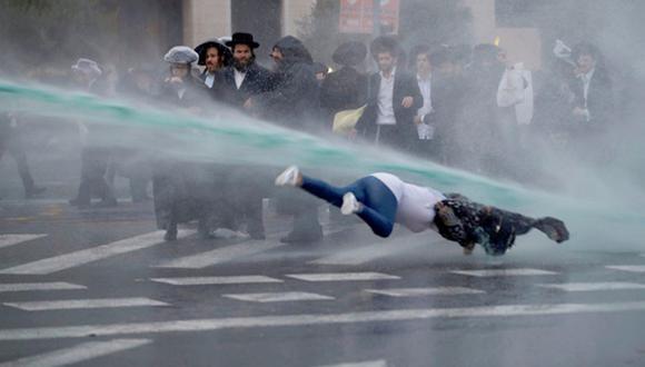 Una transeúnte fue lanzada por los aires durante protesta de judíos en Israel (VIDEO)