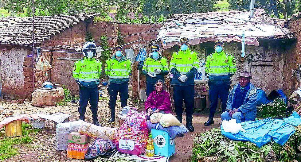 Anciana llora porque no recibió bono económico y policías la consuelan llevándole ayuda