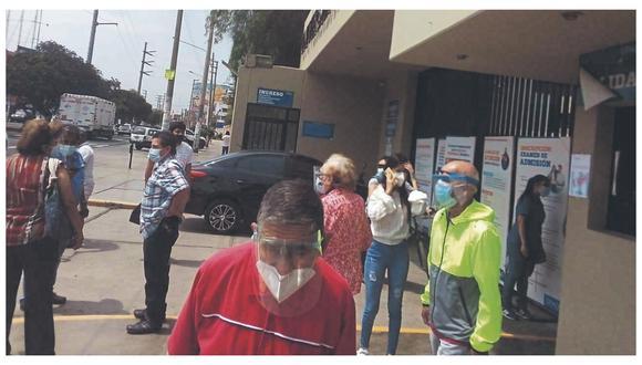 """Adultos mayores de 80 años de Trujillo distrito fueron comunicados por el Minsa que debían ser vacunados, pero cuando llegaron a centros de inmunización hallaron las puertas cerradas. """"Información fue errónea"""", dijo Región."""