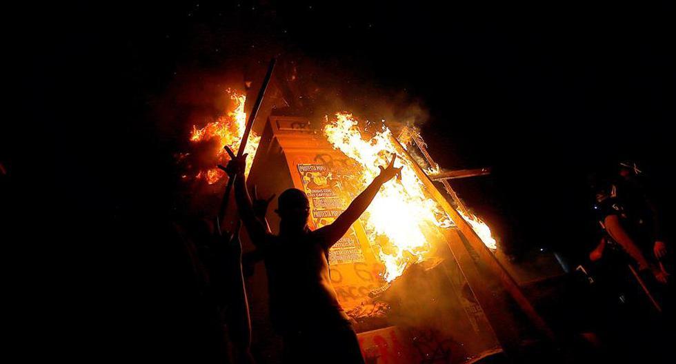 El monumento al general Manuel Baquedano en llamas durante las protestas contra el gobierno del presidente chileno Sebastián Piñera. (EFE / ESTEBAN GARAY).