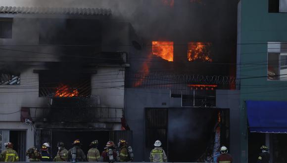 El incendio se produjo en el Cercado de Lima desde las 4:30 p.m. (Fotos Hugo Perez / @photo.gec)