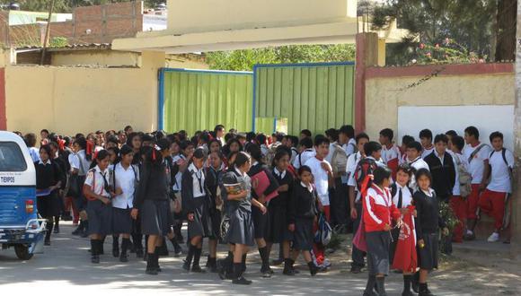 Escolares protestas contra director de la Institución Educativa César Vallejo