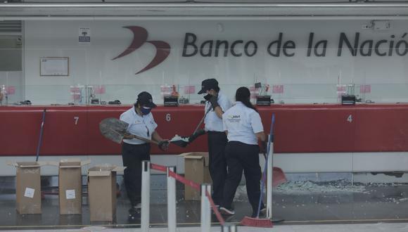 La Policía investiga la muerte de mujer tras ser impactada por fragmentos de vidrio en agencia del Banco de la Nación del Cercado de Lima. (Foto: Leandro Britto / @photo.gec)