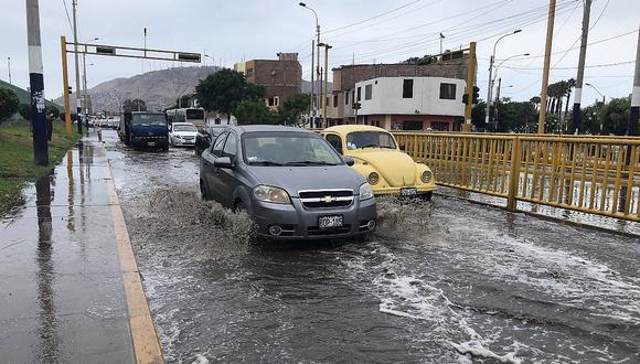 Controlan aniego en Barranco: Calles se inundaron por rotura de tubería