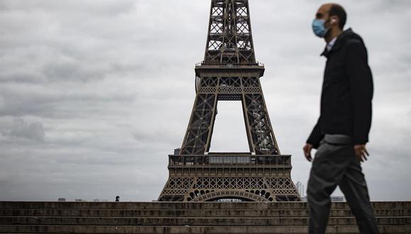 En Francia, los negocios considerados no esenciales, como bares y restaurantes, están cerrados, pero las escuelas y las fábricas siguen abiertas. (Foto: EFE)