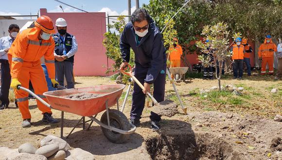 Director dio declaraciones tras la primera piedra de la I.E. de Vitaliano Becerra Herrera en Samegua. (Foto: Diario Correo)