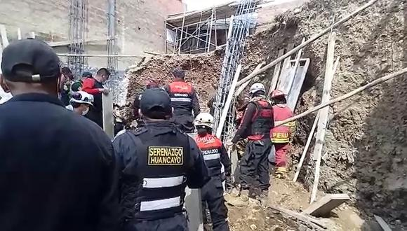 Agentes de la Policía, serenos y bomberos acudieron para intentar rescatar al obrero, pero lamentablemente falleció.