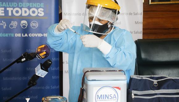El primer paso es la mezcla del diluyente con la vacuna de Pfizer. Cada frasco tiene la capacidad para seis dosis. (Foto: Minsa)
