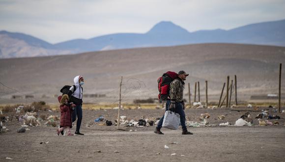 Migrantes venezolanos caminan hacia Iquique desde Colchane, Chile, luego de cruzar desde la frontera con Bolivia. (Foto: MARTIN BERNETTI / AFP)