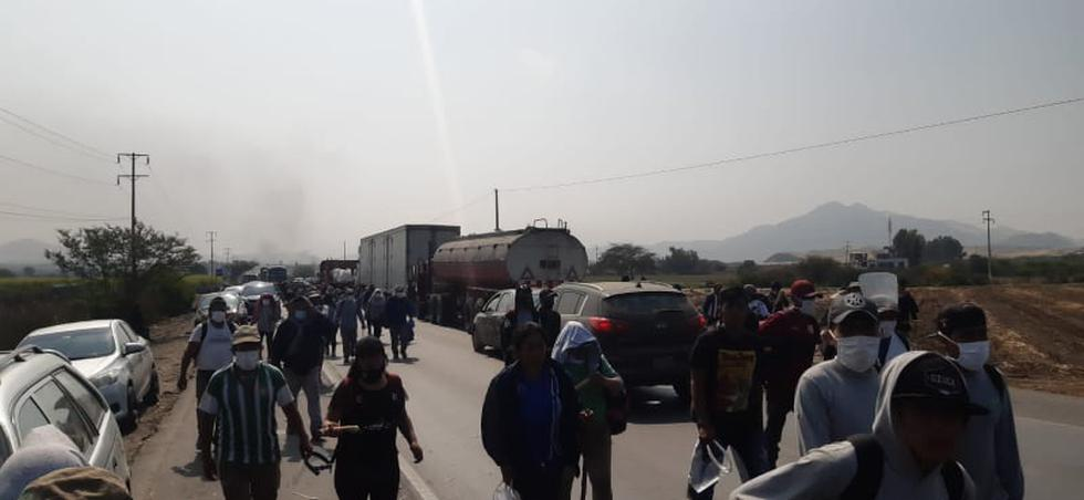 Desde tempranas horas de la mañana se bloqueó varios tramos de la Panamericana Norte por decenas de trabajadores del agro, quienes se sumaron a la protesta y exigen urgentes mejoras laborales. Fotos: Paulo Ninatanta