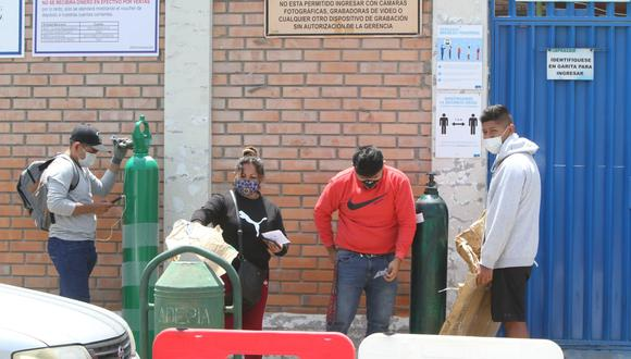 Forman colas para recarga de balones de oxígeno en Arequipa| Foto: Leonardo Cuito