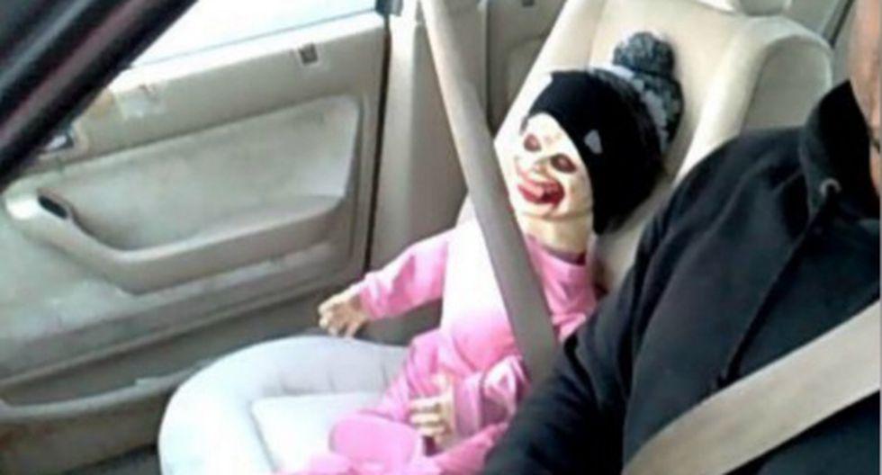 FOTO: Multan a chofer por tener como copiloto a un 'bebé zombie'