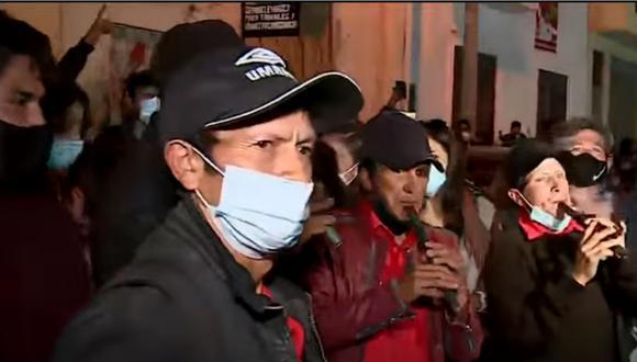 Simpatizantes de Pedro Castillo celebran resultados del flash electoral en boca de urna. | Foto: América TV