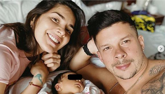 Mario Hart y Korina Rivadeneira posando con su hija en una cama. | Foto: Instagram.