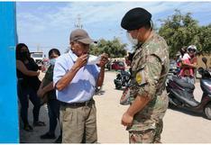 Ica: adulto mayor acudió a votar sin mascarilla y militar le regaló una en colegio de Chincha Alta (FOTO)