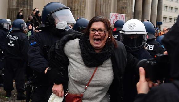Los manifestantes rechazan medidas sanitarias, como el uso de mascarillas y el distanciamiento social, mientras que el ministro de Salud alemán, Jens Spahn, asegura que se busca rebajar el número de infecciones en el país. (Foto: EFE)