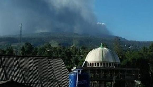 Erupción de volcán causa pánico a ciudadanos en Indonesia (VIDEO)