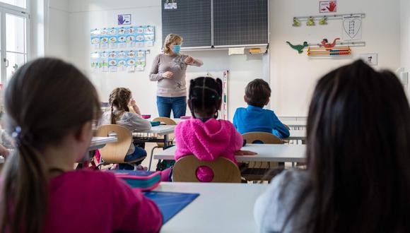 Un sondeo entre 175 expertos en salud pediátrica encuestados por The New York Times en la primera semana de febrero, coincidió en que el uso universal de mascarillas es la medida de seguridad básica para retomar las clases en Estados Unidos. (Foto referencial: AFP)