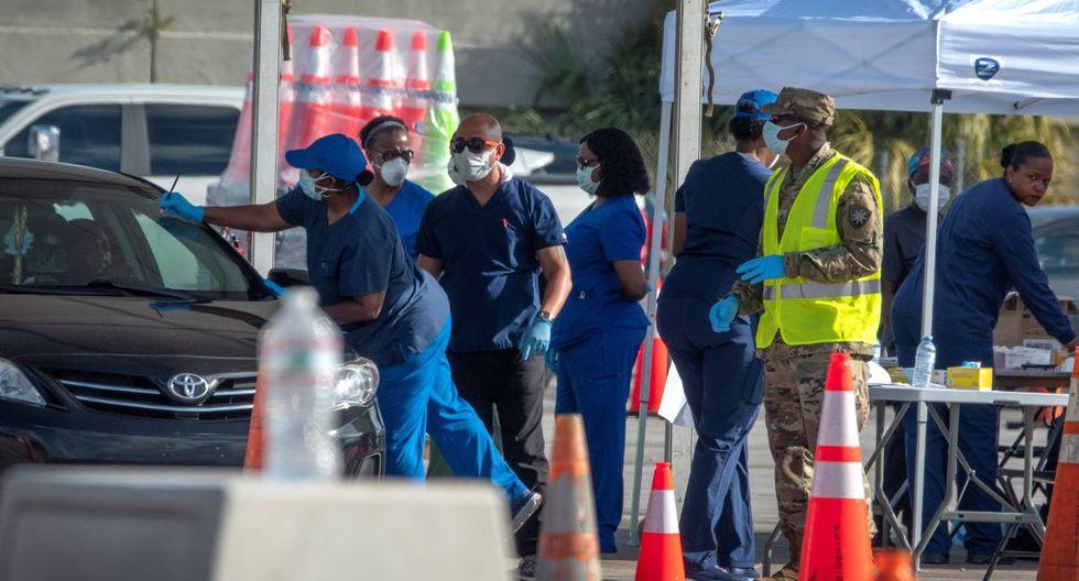 Enfermeras realizan pruebas de coronavirus en el estacionamiento del estadio Super Bowl de Hard Rock Cafe en Miami, Florida. (Foto: EFE)