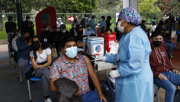 Este sábado 25 y domingo 26 de septiembre se mantiene en 23 años edad mínima de vacunación contra el COVID-19 (Foto: GEC/ Eduardo Cavero)