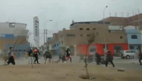 Enfrentamiento entre mototaxistas informales y fiscalizadores deja un herido. (Captura: América Noticias)