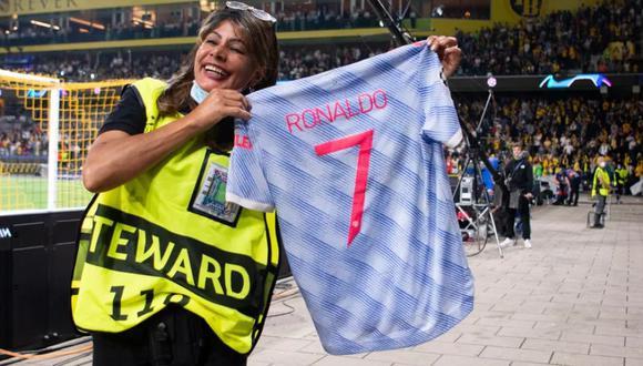 Agente de seguridad recibió camiseta de Cristiano Ronaldo. (Foto: Twitter)